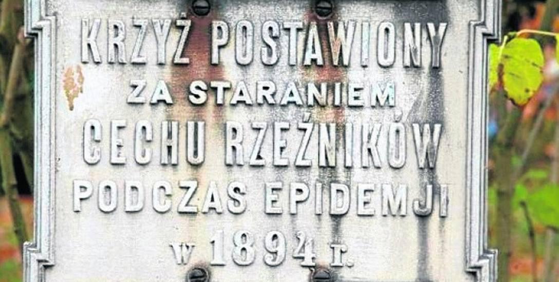 Tabliczka na krzyżu cholerycznym, obecnie na posesji przy skrzyżowaniu ulic Mszczonowskiej i Konopnickiej
