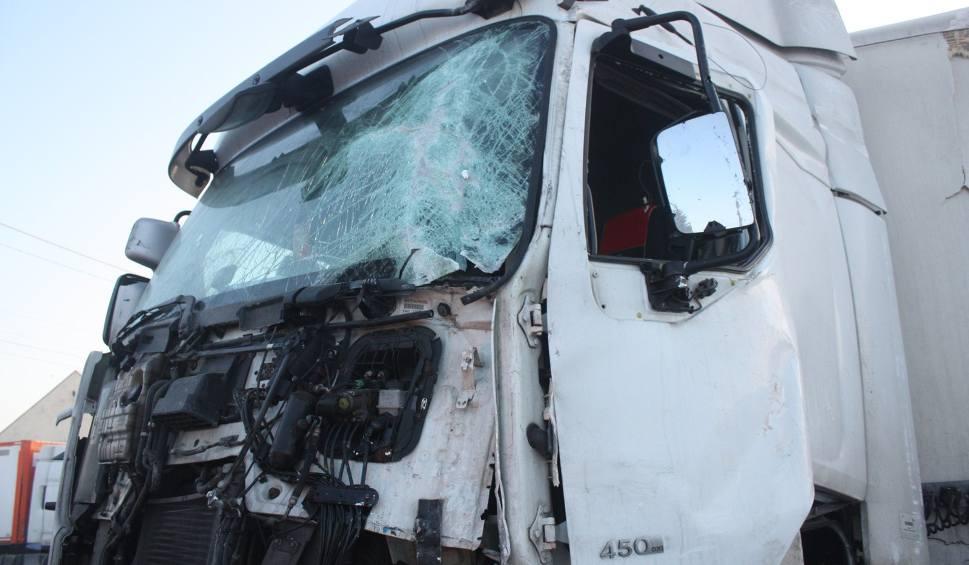 Film do artykułu: Uwaga kierowcy! Droga S11 zablokowana przez ciężarówkę