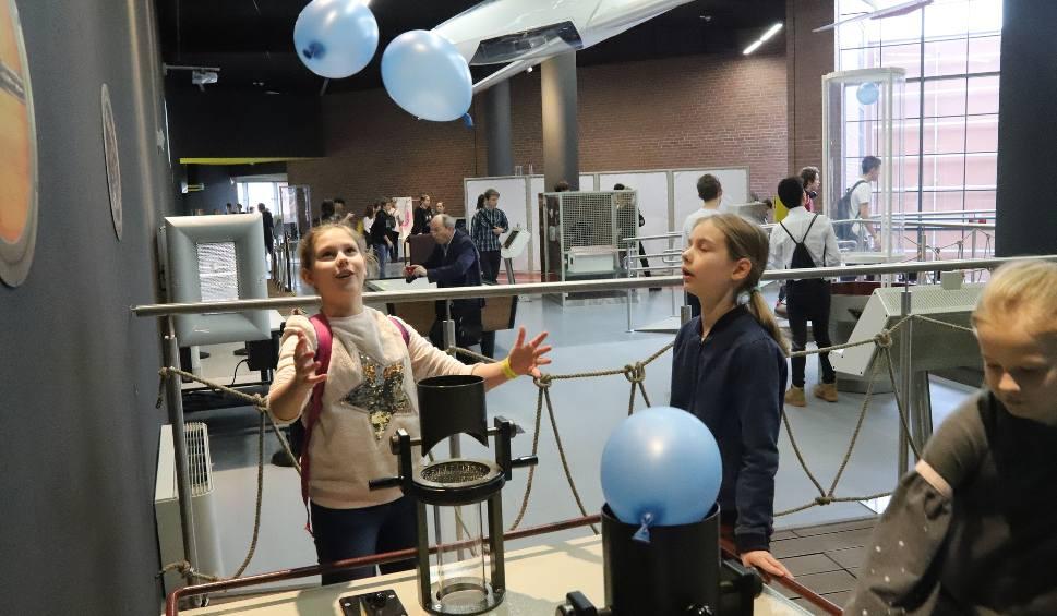 Film do artykułu: Strefa Rozwój wiedzy i cywilizacji - w Centrum Nauki i Techniki EC 1 w Łodzi zbudowano 45 stanowisk do eksperymentów z fizyki