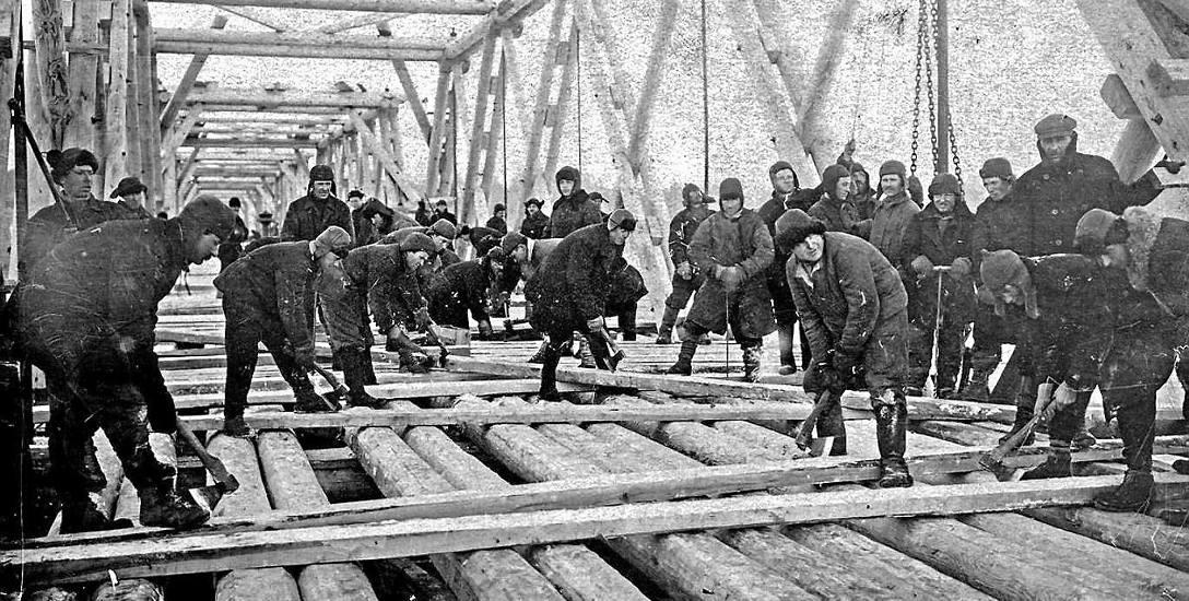 Więźniowie budują most