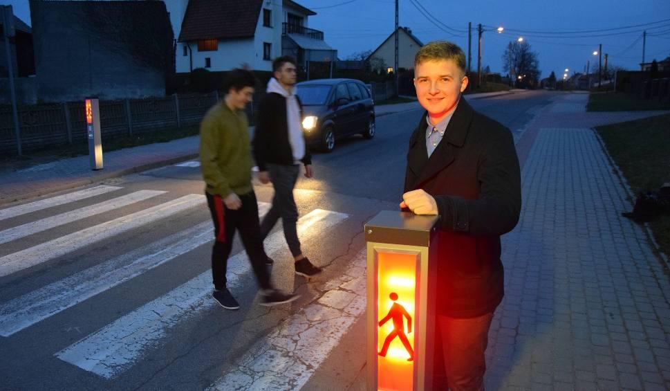"""Film do artykułu: W Jaryszowie stanęło inteligentne przejście dla pieszych """"Safepass"""". Skonstruował je Łukasz Michalski, uczeń technikum ze Strzelec Opolskich"""