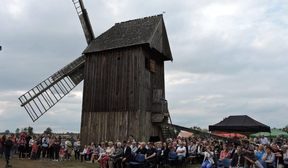 Film do artykułu: Drewnowo-Ziemaki. Spotkanie pod wiatrakiem, 8.09.2019. Setki ludzi spędziło niedzielę na gminnym festynie, po 10-letniej przerwie