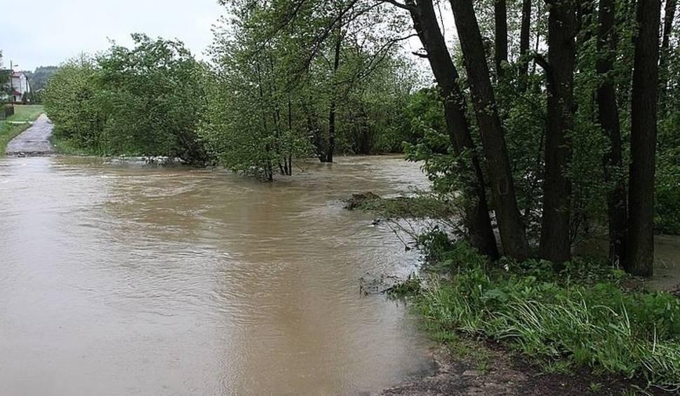 Film do artykułu: Ulewy i burze w Świętokrzyskiem przez kolejne dni! Rządowe Centrum Bezpieczeństwa śle SMS z ostrzeżeniami! Mogą  wylewać rzeki! (PROGNOZA)