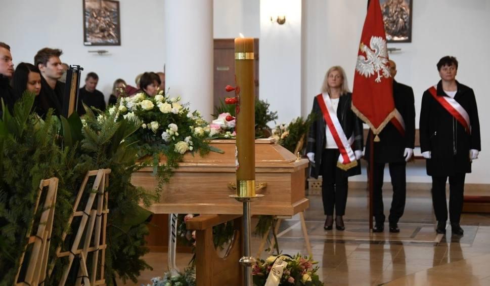 """Film do artykułu: Pogrzeb w Kielcach. Tłumy żegnały tragicznie zmarłą nauczycielkę Jolantę Ratusznik z włoszczowskiej """"jedynki"""" [WIDEO, zdjęcia]"""