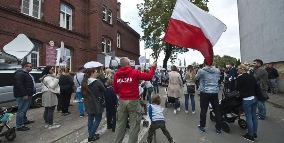 W środę przed sądem w Białogardzie zakończyła się kontrowersyjna sprawa. Przypomnijmy, że tuż po nagłośnieniu sprawy przed szpitalem w Białogardzie organizowane