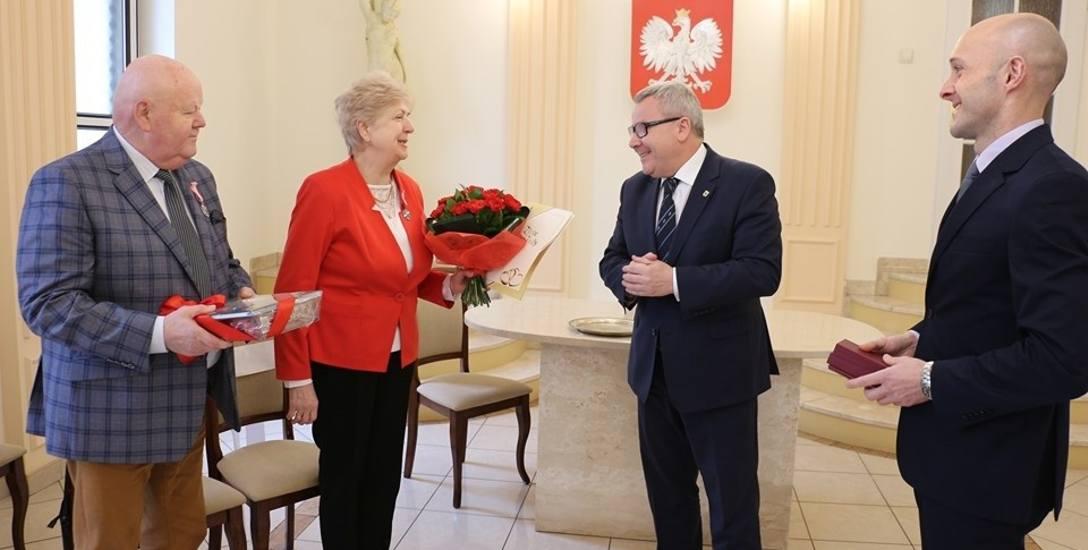 Medalami udekorował Barbarę i Edmunda Kotlarskich prezydent Nowej Soli Jacek Milewski, któremu towarzyszył kierownik USC Sławomir Wojciechowski