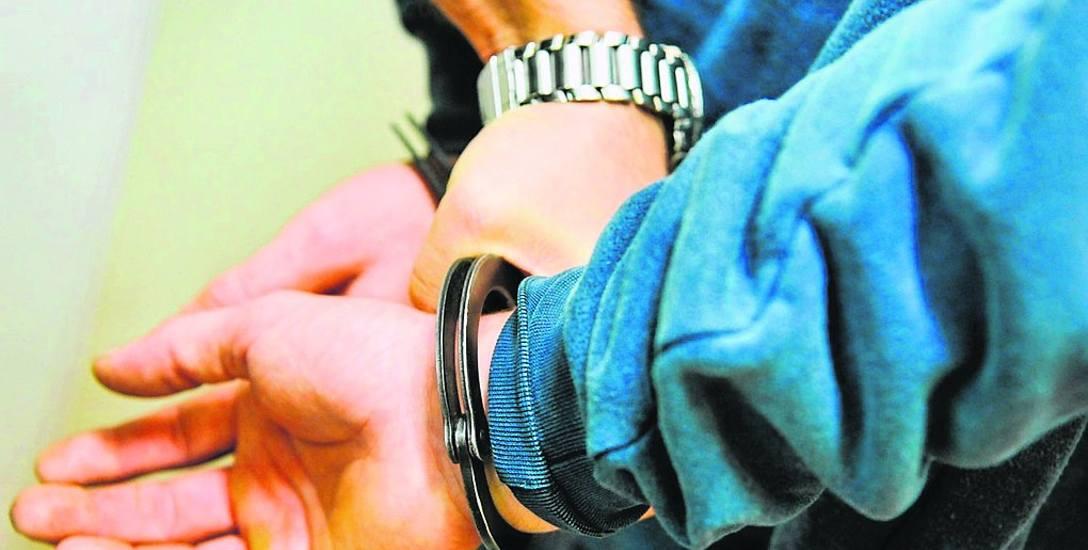 Nauczycielowi z wiejskiej szkoły pod Gubinem, oskarżonemu o molestowaniu kilku uczennic, grozi od 2 do nawet 12 lat więzienia. Pedagog nie przyznał się
