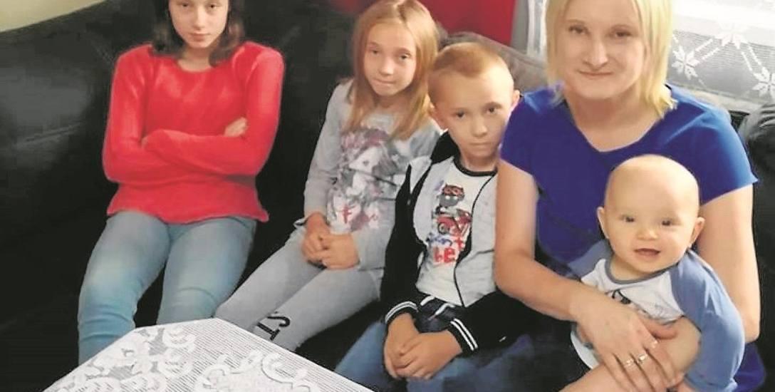 Anna Górka ze Starej Wsi i jej dzieci, od lewej: Kasia, Monika, Staś, a na kolanach mamy Pawełek