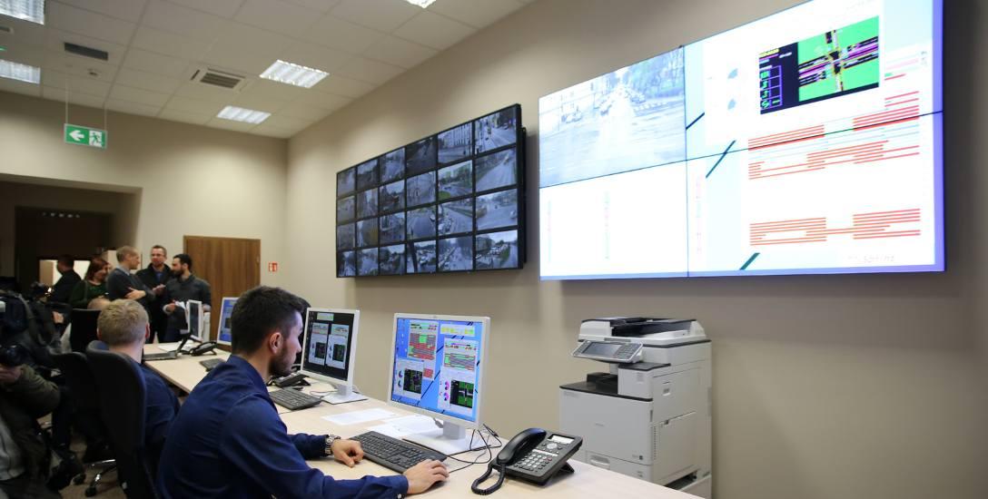 W Centrum Sterowania Ruchem przy Tuwima 36 można śledzić ruch na skrzyżowaniach. Specjaliści starają się tak ustawić priorytety dla tramwajów, żeby ruch