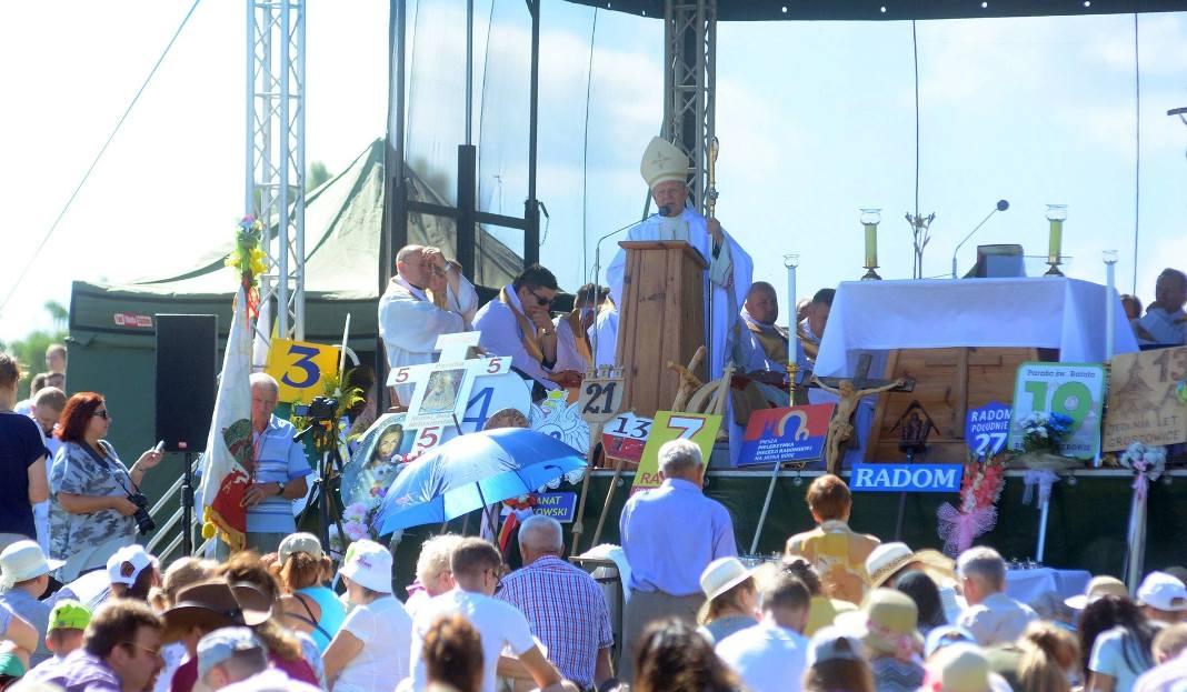 Nabożeństwo dla wszystkich pielgrzymów wyruszających na Jasną Górę odprawił ks. biskup Henryk Tomasik, Ordynariusz Diecezji Radomskiej.