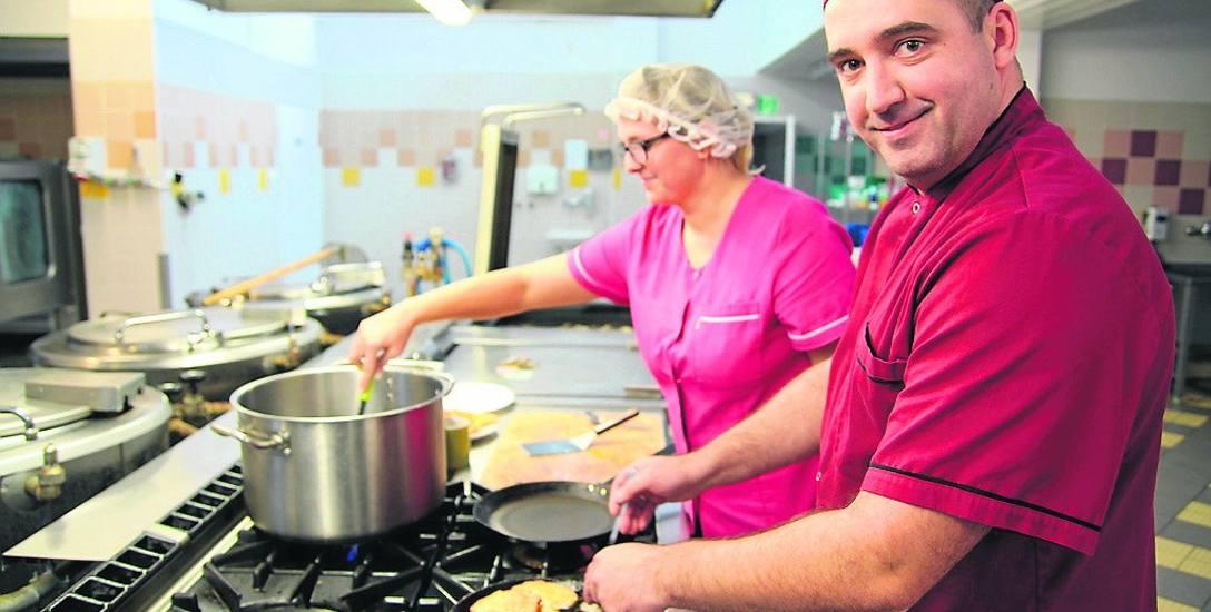 Szef kuchni szpitala w Grudziądzu, Paweł Sulski i kucharka Monika Sobkowiak wczoraj podczas pracy