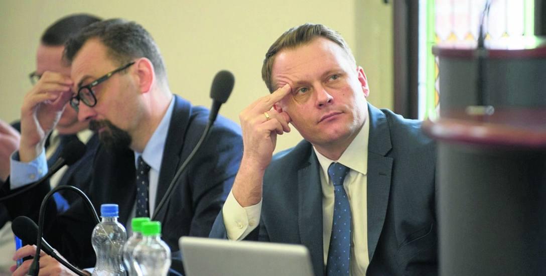 Głowy podpierają:  Marcin Czyżniewski  z Czasu Gospodarzy, często wymieniany jako potencjalny następca Michała Zaleskiego, oraz Michał Jakubaszek (PiS),
