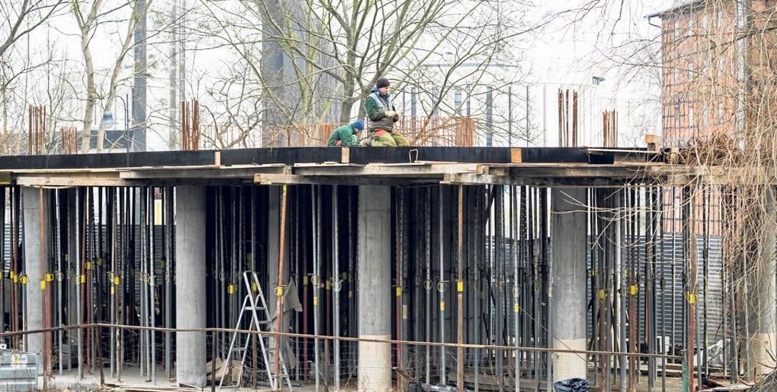 Trwają prace przy budynku usługowym przy ul. Mennica na  przeciwko Młynów Rothera. Inwestor - firma XPX, wstępnie chce wykorzystać to miejsce na cele