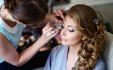 Nie wiesz, jaki makijaż na wesele będzie odpowiedni, a jaki będzie już przesadą? Zobacz w naszej galerii propozycje makijażu na ślub - zarówno delikatnego,