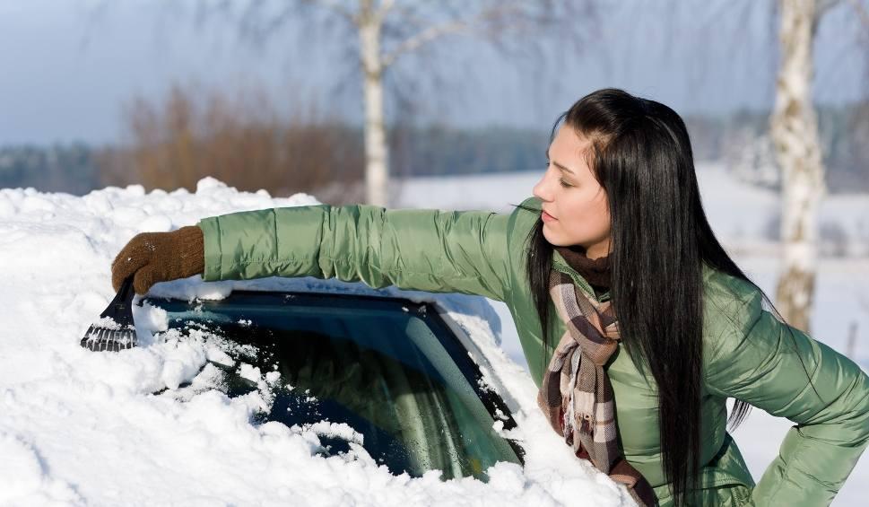Film do artykułu: Sposoby na zamarznięte szyby w samochodzie. Mamy dla Was kilka fajnych patentów!