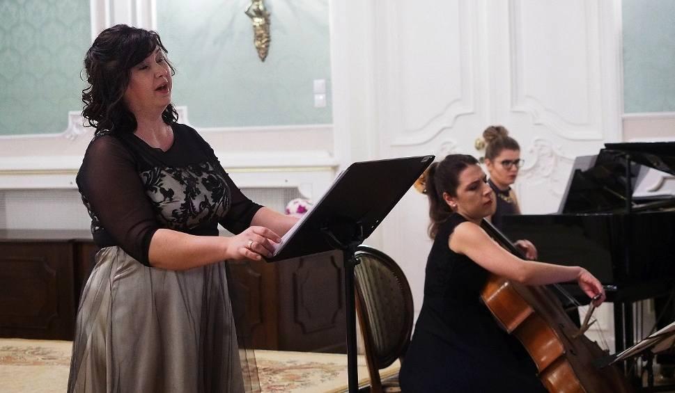 Film do artykułu: Pałac Branickich. Aula Magna. Marta Wróblewska, Anna Wróbel, Małgorzata Marczyk - Pieśni na sopran, wiolonczelę i fortepian (zdjęcia)
