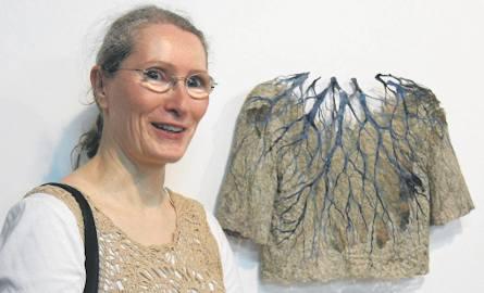 """Raija Jokinen z Finlandii przy swojej pracy """"Cold Shower"""", prezentowanej na wystawie w Centralnym Muzeum Włókiennictwa w Łodzi. Artystka jest jednym"""