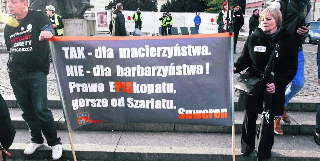 W ubiegłym roku, w dwóch czarnych marszach uczestniczyło wiele osób występujących w obronie prawa.