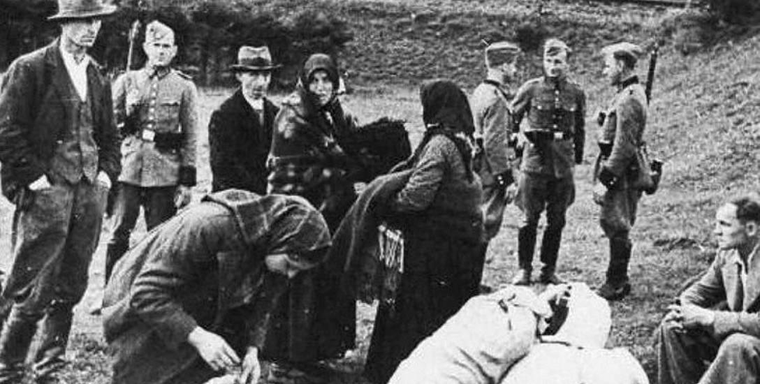 Wieś Sól na Żywiecczyźnie, 24 września 1940 roku. Wysiedleńcy w punkcie zbornym czekają na dalszy transport w nieznane