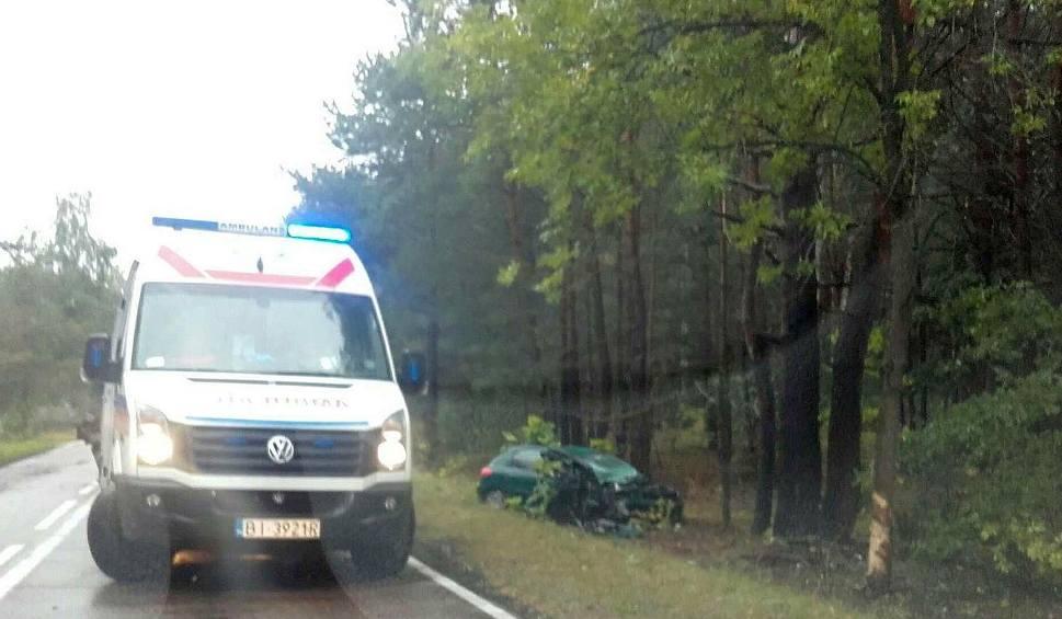 Film do artykułu: Zabłudów: Wypadek peugeota. Auto uderzyło w drzewo i dachowało