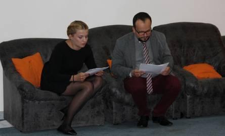 Jurorzy konkursu: Karolina Skrzek i Adrian Szary, ocenaiją nadeslane prace.,