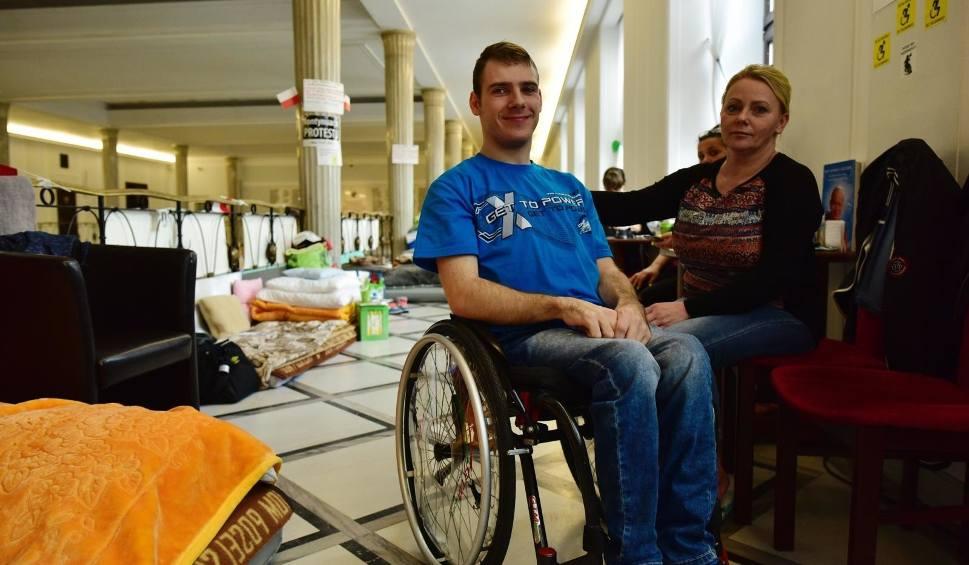 Film do artykułu: Sejm: Opiekunowie osób niepełnosprawnych zawieszają protest