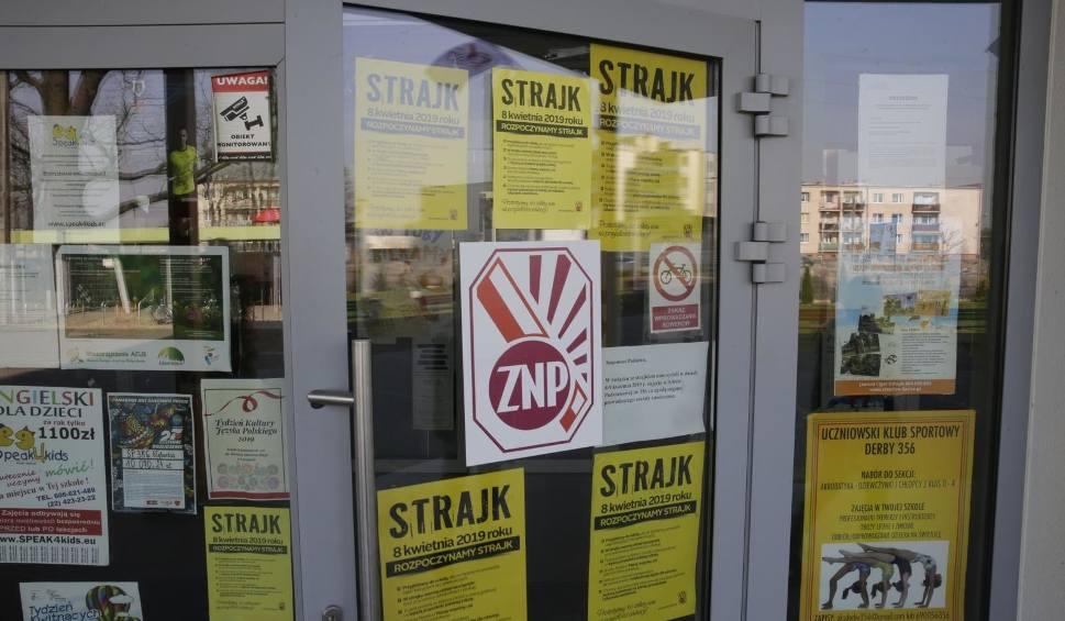 Film do artykułu: ZNP: - Nie zawieszamy strajku, żądamy spotkania z premierem. Matury mogą być zagrożone