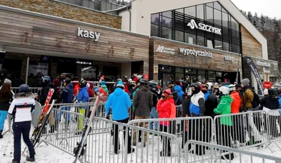 Film do artykułu: Beskidy dostały na święta śnieg i mróz w prezencie. Na stokach mnóstwo narciarzy i snowboardzistów