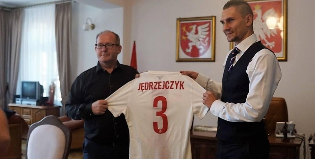 Artur Jędrzejczyk identyfikuje się z Dębicą. Po Euro odwiedził Mariusza Szewczyka przekazując dla miasta reprezentacyjną koszulkę