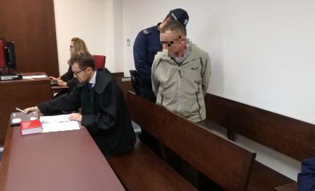 Andrzej P. przebywa w areszcie. Na rozprawę został doprowadzony przez policjantów.