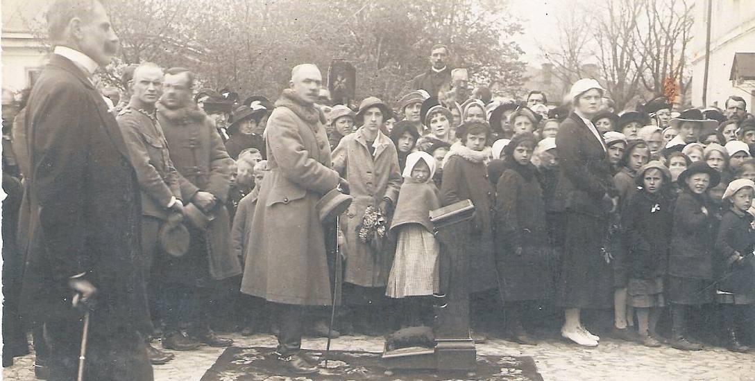 Msza polowa na placu Katedralnym w Łucku 17 maja 1919 roku. Przy klęczniku generał Aleksander Karnicki. Pierwszy z lewej burmistrz Łucka Konstanty Teleżyński.