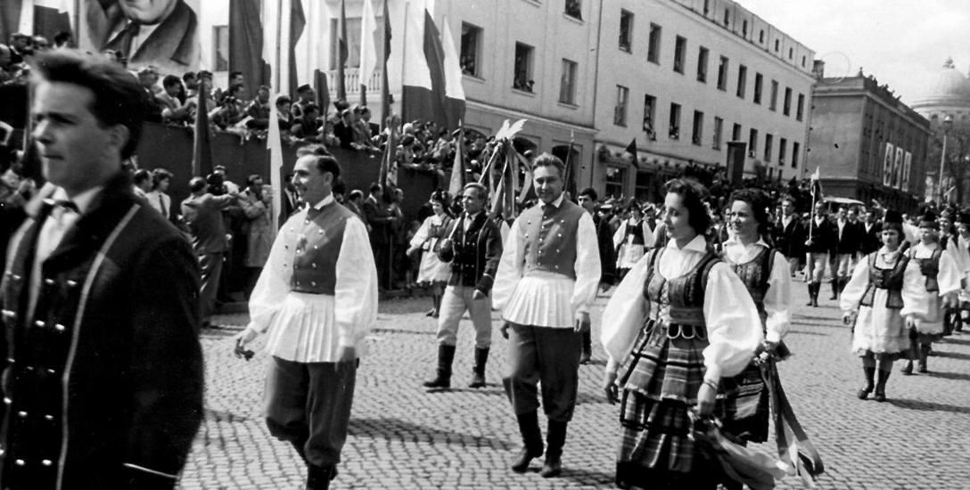 Józef Ondruch z zespołem Kurpie Zielone w pochodzie pierwszomajowym w latach 60