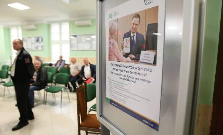 Wyższą podwyżkę niż wynikającą z prognozowanego wskaźnika 103,24 proc. otrzyma ok. 6,2 mln emerytów i rencistów. Są to osoby, których świadczenie nie