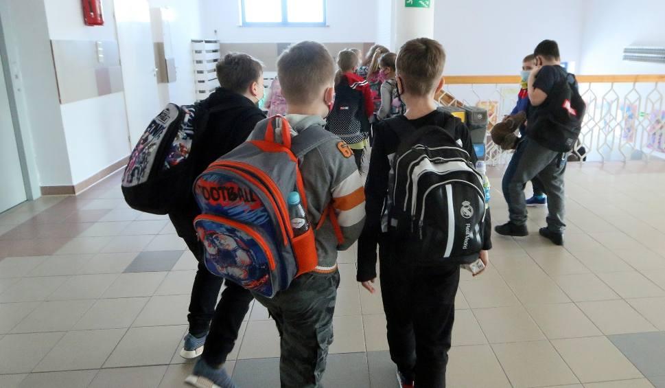 Film do artykułu: W Społecznej Szkole Podstawowej, pomimo obostrzeń, dzieci z klas 4 - 8 mają zajęcia w budynku. Dyrektor: działamy zgodnie z prawem