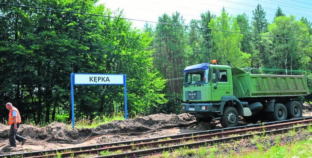 Wymienione szyny i podkłady, porządkowane tereny wzdłuż linii kolejowej - zgodnie z planem trwają prace na linii granica województwa - Słupsk