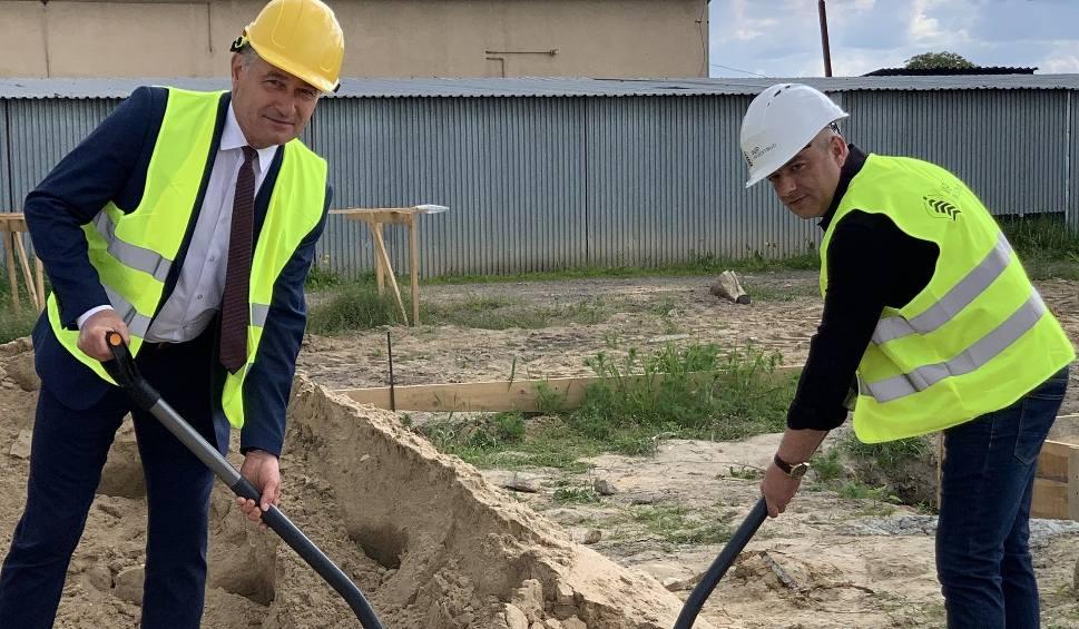 Film do artykułu: Ruszyła budowa Osiedla Powiśle w Lipsku. Burmistrz wbił symboliczną pierwszą łopatę (ZDJĘCIA, FILM Z DRONA)