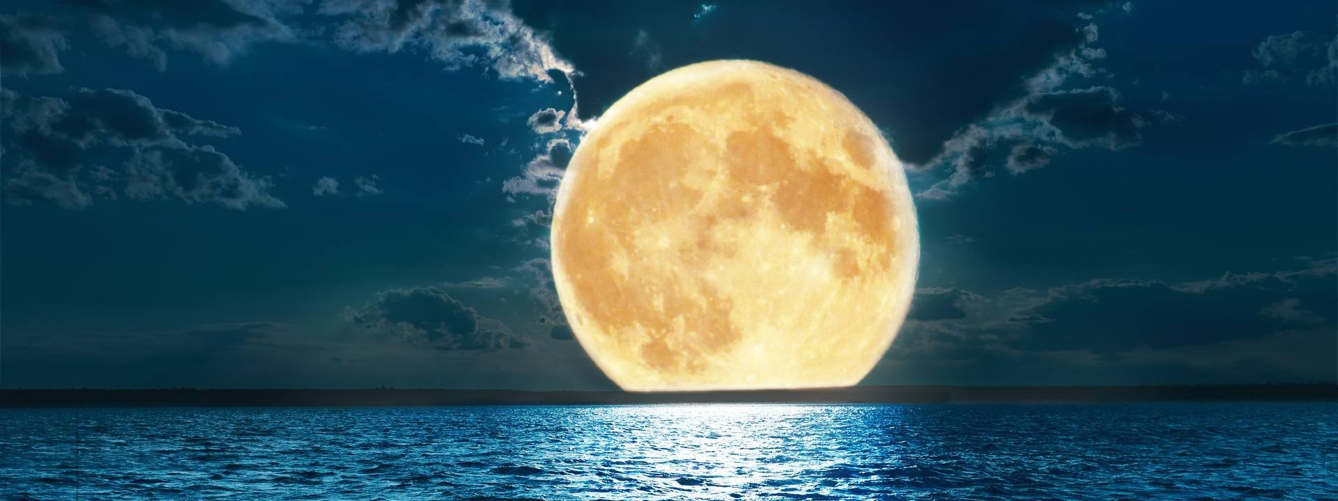 Truskawkowy Księżyc (5.06.2020 r.). Optymistyczna pełnia z półcieniowym zaćmieniem Księżyca. Gdzie można je zobaczyć?