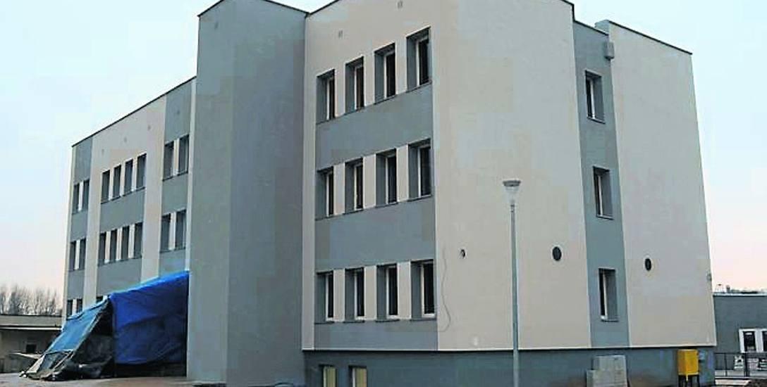 Budynek z zewnątrz jest już gotowy, wewnątrz trwają prace wykończeniowe i wyposażanie pokoi