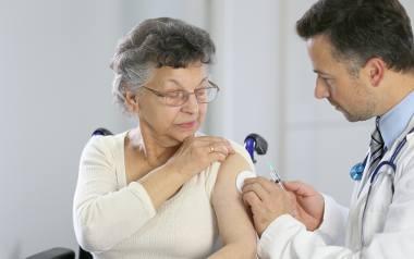Prof. Pyrć, wirusolog: Szczepienie seniorów to nie jest gra na odporność zbiorową