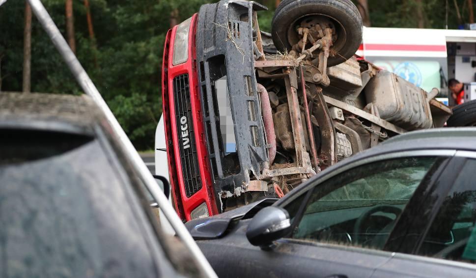 Film do artykułu: Na pograniczu powiatów stalowowolskiego i tarnobrzeskiego przewróciło się dostawcze Iveco. Uszkodzone zostało sześć samochodów