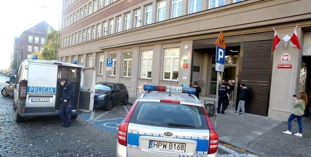 Atak na sąd w Szczecinie. Gdy wywiesił baner krytykujący sędziów, nikt nie przypuszczał, że posunie się dalej