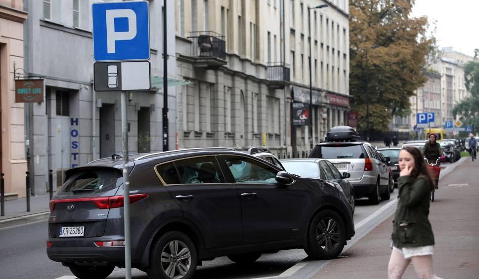 Film do artykułu: Kraków. Tańsze parkowanie dla płacących podatki