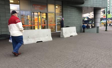 Betonowe zapory stanęły przed centrami handlowymi Plaza w Rudzie Śląskiej i w Sosnowcu