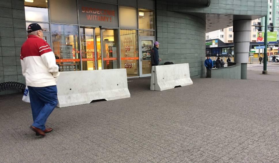 """Film do artykułu: Betonowe zapory przed centrum handlowym Plaza. """"To standardy bezpieczeństwa"""" ZDJĘCIA"""