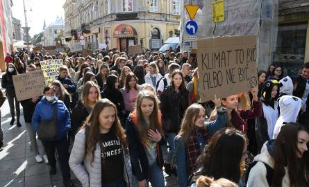"""Młodzieżowy Protest Klimatyczny w Kielcach. Kilkaset młodych osób na """"Sienkiewce"""" i... wsparcie znanego prawnika (WIDEO, ZDJĘCIA)"""