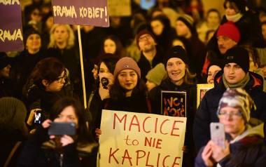 Czarny Piątek 2018. W Toruniu na Rynku Staromiejskim pod pomnikiem Kopernika zgromadziło się sporo osób. Uczestnicy protestu, który odbył się również