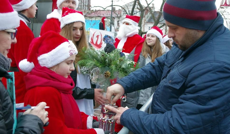 Film do artykułu: Ponad 5 tysięcy złotych z licytacji, loterii i zbiórek dla Eryka na XV Paradzie Mikołajów