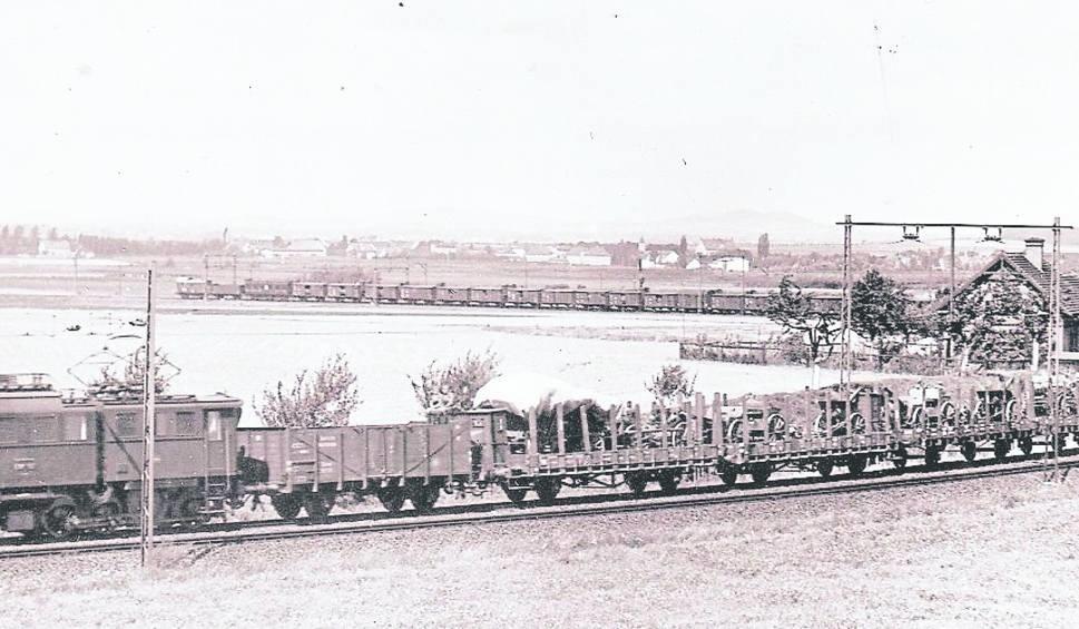 Niemiecki pociąg wojskowy na trasie ze Świebodzic do stacji Wałbrzych Szczawienko. Gdzieś na tym odcinku ma być wlot do tunelu z pociągiem pancernym