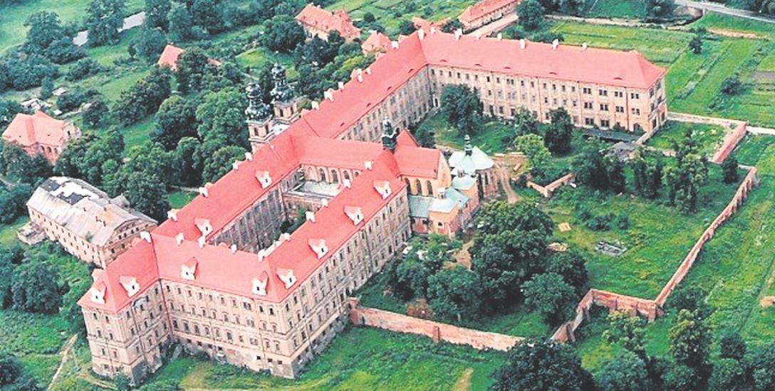 Cystersi pojawili się na terenach dzisiejszego Lubiąża około 1163 r. Pozostawili po sobie opactwo, w którego skład wchodzą m.in.: pałac, refektarz, klasztor,
