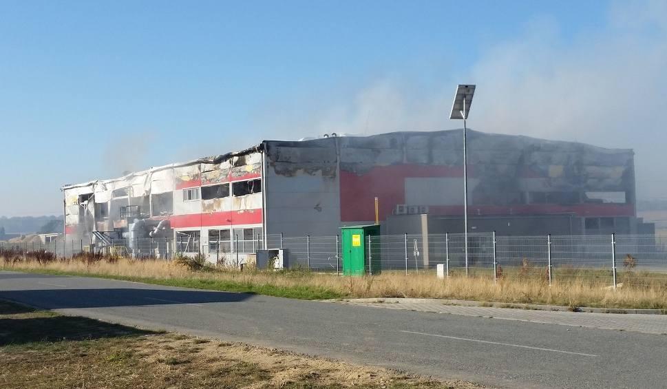 Film do artykułu: Trwa dogaszanie hali fabryki PolMag w Olszowej